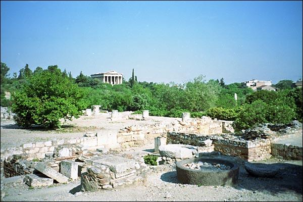 Dans les grandes cités de la Grèce antique, comment s'appelait la place de rassemblement populaire où se situaient les temples et les bâtiments des grandes institutions politiques ?