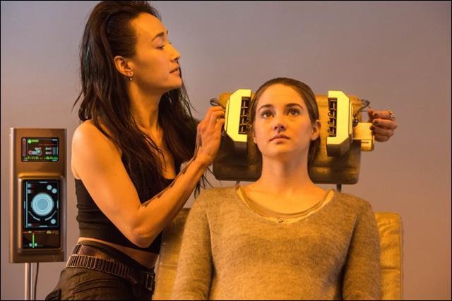Comment s'appelle la femme qui a fait le test d'aptitude à Tris ?