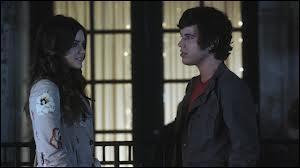 Pourquoi Aria sort-elle avec Holden ?