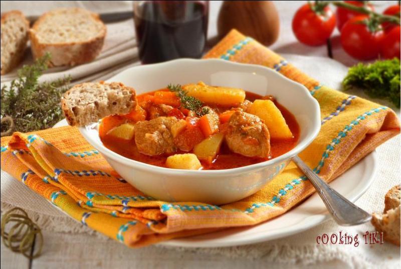Mon premier, l'un des cinq sens, perçoit les saveurs. Mon second manque de courage. Mon tout, ragoût de viande mijoté avec oignons, tomates et paprika, est une spécialité hongroise.
