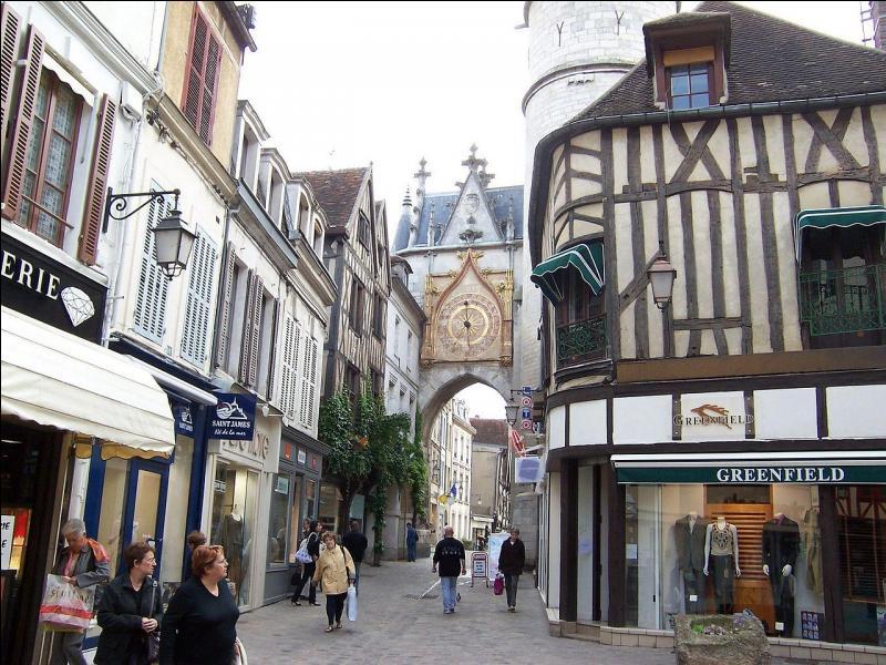 Les vignobles AOC de Chablis sont à quelques kilomètres de cette ville, chef-lieu de l'Yonne, connue pour son club de football et son entraîneur Guy Roux.