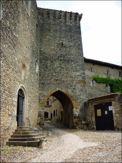 Si vous voulez marcher sur des têtes de chat en dégustant de la galette au sucre, franchissez la porte d'En-Haut, principale entrée de cette cité médiévale de l'Ain, à 46 kilomètres de Lyon.