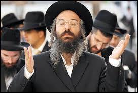 Dans la religion juive, le shabbat débute au lever du soleil le samedi matin.