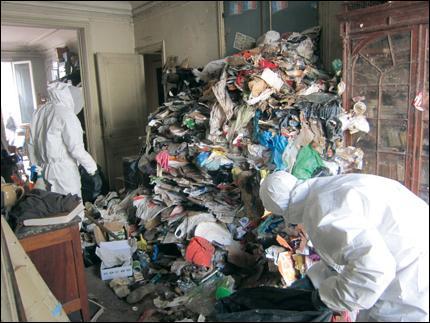 De drôles de syndromes ! Lorsqu'une personne néglige son hygiène, , accumule les déchets et vit dans l'isolement social, on dit qu'elle souffre ... .