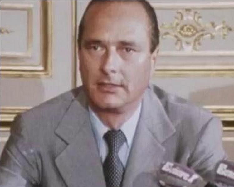 Alors premier Ministre de Valéry Giscard d'Estaing, Jacques Chirac annonce sa démission le 25 août. Qui lui succède à ce poste ?