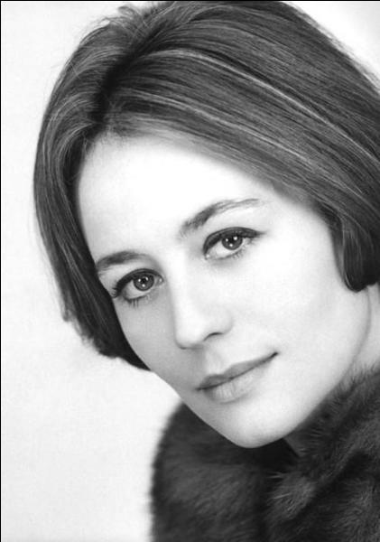 """Le 28 février 2011 : décès de la comédienne française, ..., qui a incarné la femme d'Yves Montand dans le film """"Vivre pour vivre""""."""