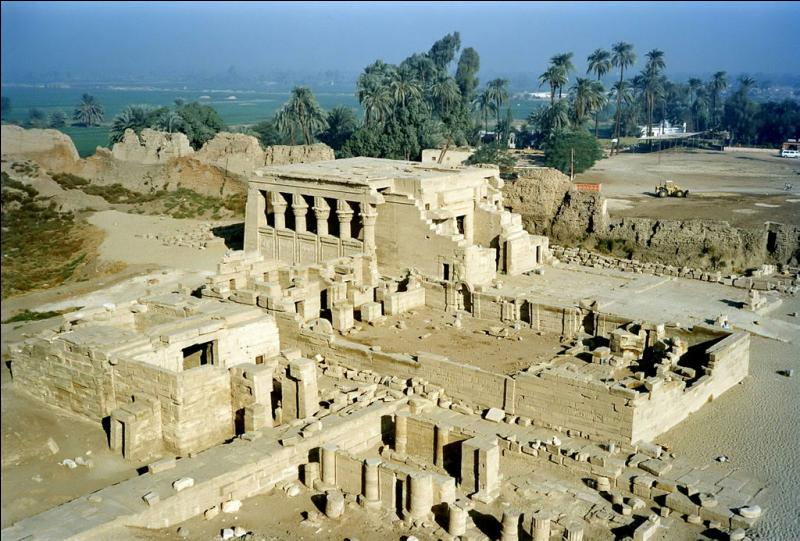Dans quelle ville antique est situé ce site connu pour son temple dédié à la déesse Hathor ?
