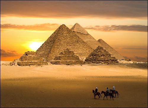 Où se trouvent ces magnifiques pyramides de l'ancien empire ?