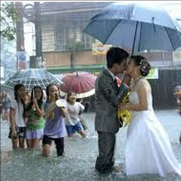 Quelle est la bonne expression ? Indice : Dicton de consolation pour des mariés un jour pluvieux.