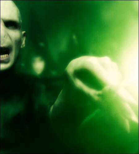 Combien de fois Harry survit-il, sans se défendre, au sortilège mortel que lui lance Voldemort ?