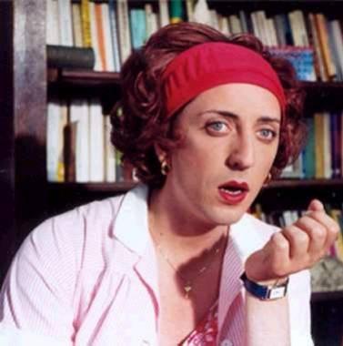 Qui est cet acteur déguisé en femme ?