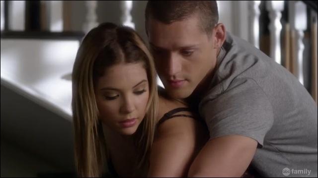 Avec qui Hanna sort quand Caleb est à Ravenswood ?