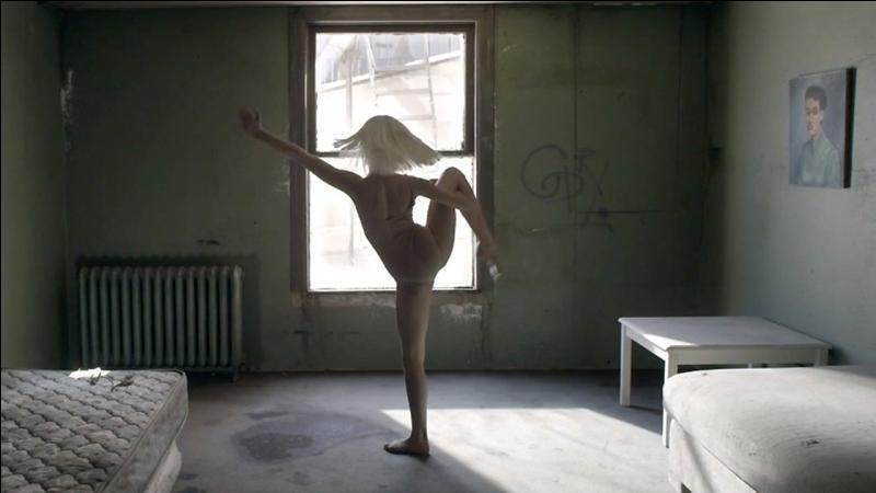 """Laquelle de ces filles a dansé dans le vidéoclip """"Chandelier"""" de Sia ?"""