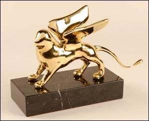 Quelle récompense en or est attribuée à la Mostra de Venise ?