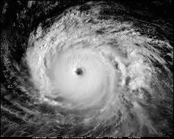 Toujours en météorologie, l'échelle de Saffir-Simpson est sortie en cas d'ouragan pour en mesurer l'intensité. Lequel de ces paramètres est pris en compte par cette échelle ?
