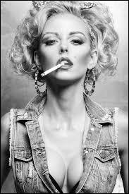 """Qui chantait """"Elles portent un blouson noir, elles fument le cigare"""" et il se demandait """"Où sont les femmes ?"""" :"""
