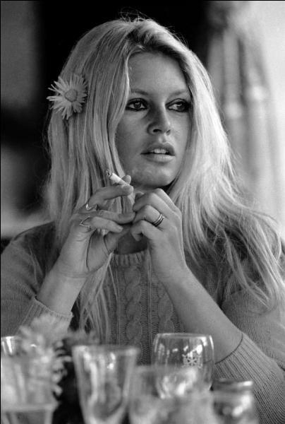 """Qui chantait """"Kiss me, as you love me, ta cigarette, m'énerve une peu"""" ?"""