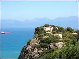 Le long du littoral méditerranéen s'étend une belle chaîne de montagnes, comment s'appelle-t-elle ?