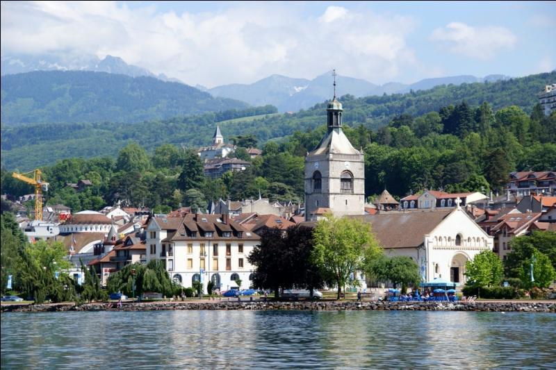 Cette ville de Haute-Savoie, située sur les bords du lac Léman, est surtout connue comme ville thermale et pour son eau minérale exploitée par une filiale du groupe Danone. Vous découvrirez la buvette de la source Cachat à...