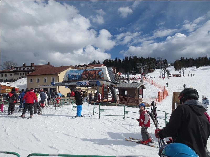 Elle est la principale commune de la station du même nom, domaine skiable du département du Jura.