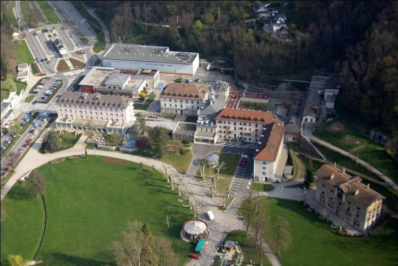 Cette commune de l'Isère, non loin de Chamrousse, possède un vaste territoire qui comprend villages, hameaux et une station thermale réputée dont les eaux étaient déjà appréciées à l'époque romaine.