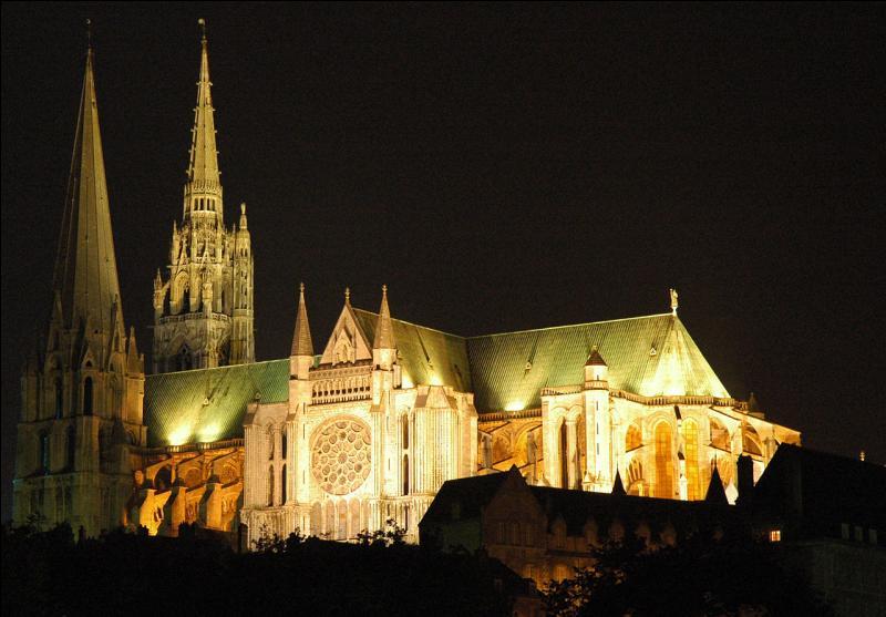 """Ne vous perdez pas dans le labyrinthe de la cathédrale Notre-Dame de """"la capitale de la lumière et du parfum"""". Quelle est cette ville d'Eure-et-Loir ?"""