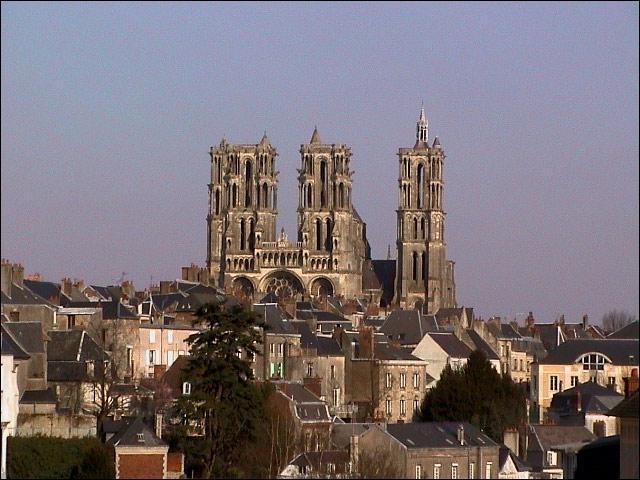 """Victor Hugo a évoqué cette ville fortifiée de l'Aisne dans une lettre à son épouse Adèle, en écrivant : """"Tout est beau à ..., les églises, les maisons, les environs, tout..."""". Sa cathédrale a servi de modèle à la cathédrale Notre-Dame de Chartres et à celle de Paris."""
