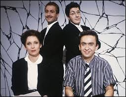 """Les Nuls se sont formés dans les années 80. A eux seuls, ils ont incarné le fameux """"esprit Canal"""", auteurs d'inoubliables parodies et sketchs à l'immense succès. Malheureusement, en 1989, cette bande de talentueux loufoques fut endeuillée par la perte brutale de l'un des siens. Il s'agit du regretté :"""