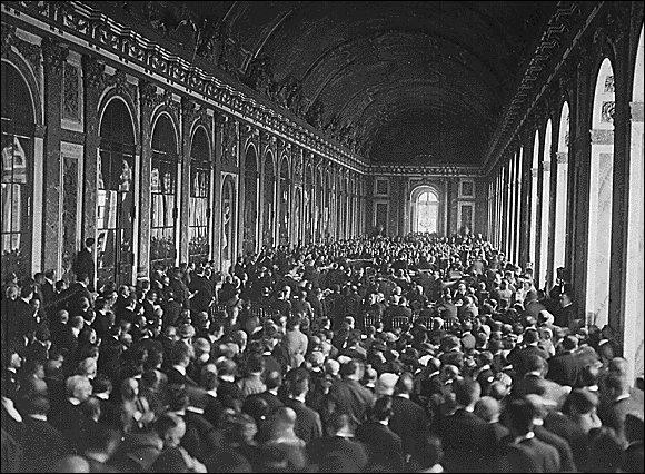 Le 28 juin 1919, après quatre ans d'une guerre acharnée, la Première Guerre mondiale s'achève avec