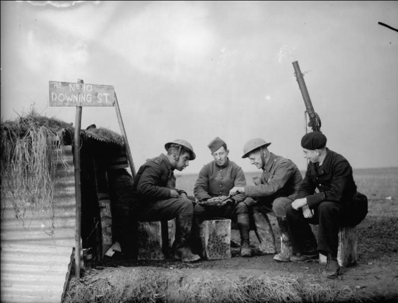 Le 1er septembre 1939, l'Allemagne envahit la Pologne. Le 3 septembre, la France et le Royaume-Uni déclarent la guerre à l'Allemagne. Comment appelle-t-on la période attentiste sur le front ouest entre le 3 septembre 1939 et le 10 mai 1940 ?