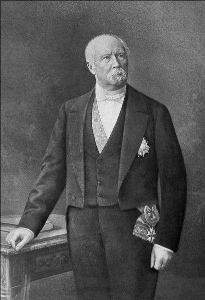 En remplacement d'Adolphe Thiers, démissionnaire, l'Assemblée élit en 1873 le maréchal de Mac-Mahon président de la République. Dans l'espoir d'une restauration monarchique, le mandat du président est fixé à