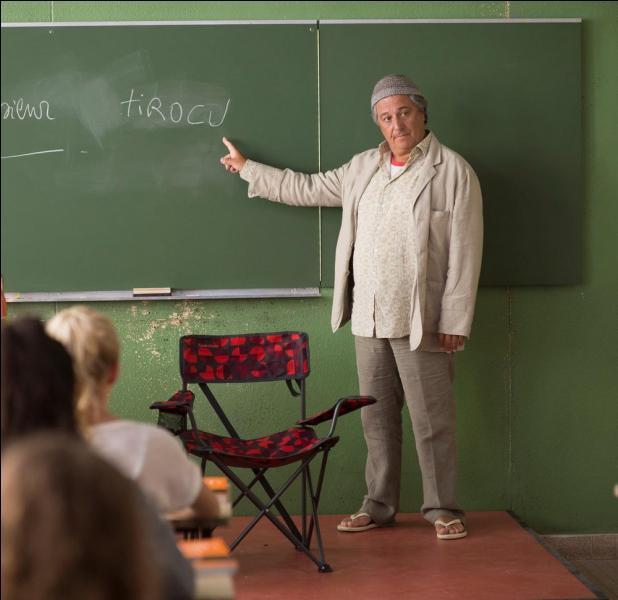 """Quelle matière enseigne le professeur Cutiro surnommé """"Tirocu"""" par ses élèves, dans le """"Les Profs"""" , film inspiré de la BD du même nom ?"""