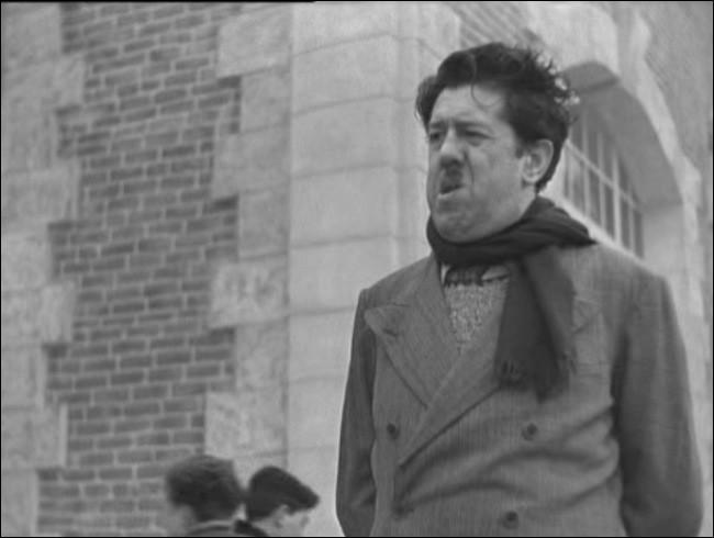 Dans ce film de Christian-Jaque de 1938, Michel Simon campe un professeur de dessin alcoolique aux apparences trompeuses...