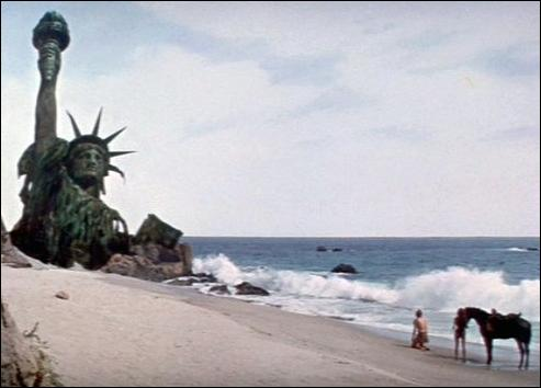 Le colonel George Taylor est anéanti lorsqu'il découvre les ruines de la Statue de la Liberté. Inspiré d'un roman de Pierre Boulle, quel est le titre de ce film ?
