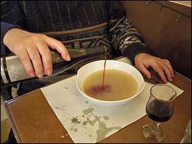 Le fil passe par mon premier. Mon second, à bec et à anse, sert à transporter des liquides. Mon tout est un mélange de bouillon et de vin rouge.
