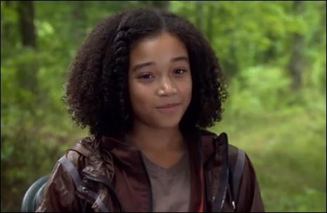 Qui est la complice de Katniss qui meurt au début ?