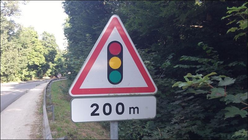 Ce panneau coloré vous prévient. Attention, danger ! À ..., se trouvent... !