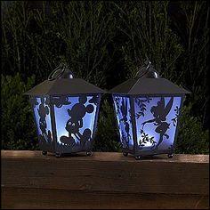 Quel personnage vois-tu sur la lanterne de droite ?