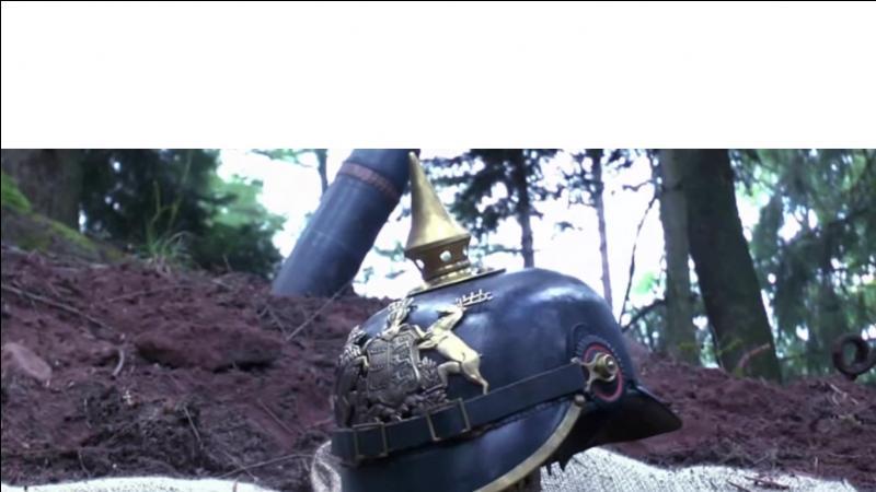 Quel est le site qui selon Bastien propose des reproductions de casques à pointe de très bonne qualité ?