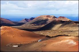 Voici le parc national de Timanfaya. Vous pourrez vous y balader à dos de chameau et y faire griller votre steak grâce à la chaleur du sol volcanique. Nous nous trouvons bien entendu :