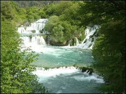 Dans quel pays le parc national de Krka, devant son nom à la rivière qui le traverse et qui offre de majestueuses cascades, se situe-t-il ?