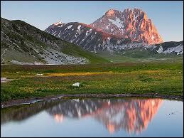 Dans quelle région italienne pourrez-vous randonner dans le parc national du Gran Sasso ?