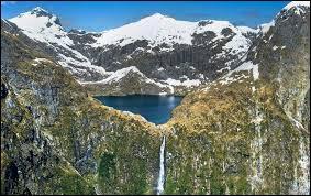 Dans quel pays situez-vous le parc national du Fiordland avec ses superbes cascades et ses vallées glaciaires ?