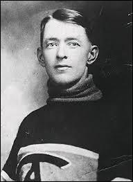 """Années 1920. Surnommé le """"Concombre de Chicoutimi"""", il a joué seize saisons pour les """"Canadiens de Montréal"""" où il passa la totalité de sa carrière. Il effectua le premier blanchissage de la LNH. Le trophée récompensant les meilleurs gardiens de but de la LNH lui a été dédié. Il s'agit bien sûr de...Remarque : le Trophée **** représente le trophée fait en son honneur"""