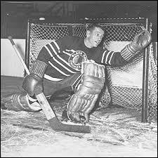 """Années 1930. Unique capitaine européen à conduire son équipe à la Coupe Stanley, il joua sept saisons avec les """"Blackhawks"""" et remporta deux fois le Trophée **** remis au meilleur gardien. Qui est-ce ?"""