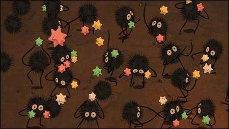 """Des petites créatures habitent dans la maison de Satsuki et Mei, on les retrouve également dans """"Le voyage de Chihiro"""", mais qui sont-elles ?"""