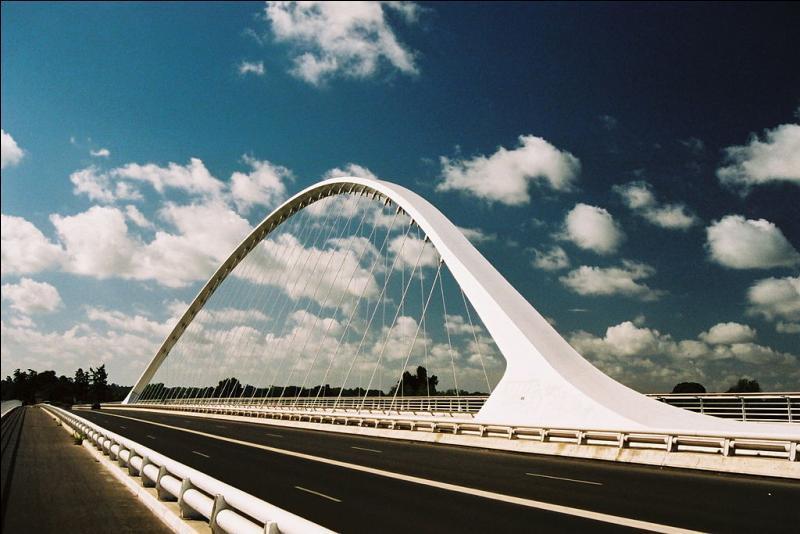 Quel est ce pont en ''arc acier et béquilles béton '' sur la Loire de 470 m, construit en 2000 ?