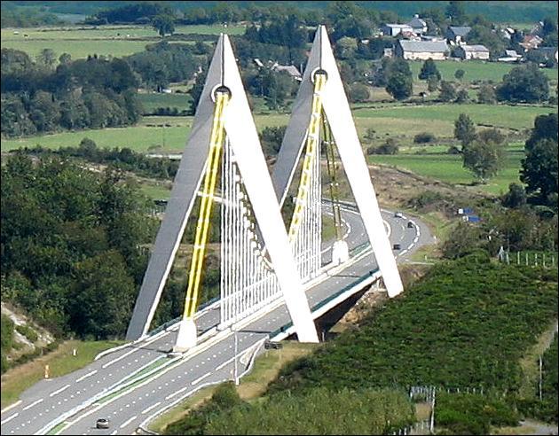 Comment s'appelle ce viaduc suspendu pour l'A 89, entre la Corrèze et le Puy-de-Dôme construit en 2000 ?