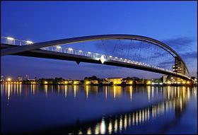 Comment se nomme cet ouvrage en ''arc acier'' sur le Rhin entre la Franceet l'Allemagne construit en 2007 ?