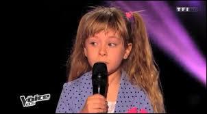 """La benjamine de la compétition a alors fait son entrée. Il s'agit de Gloria, 6 ans. Elle a chanté """"La Vie en rose"""" d'Édith Piaf. Avec qui est-elle allée ?"""